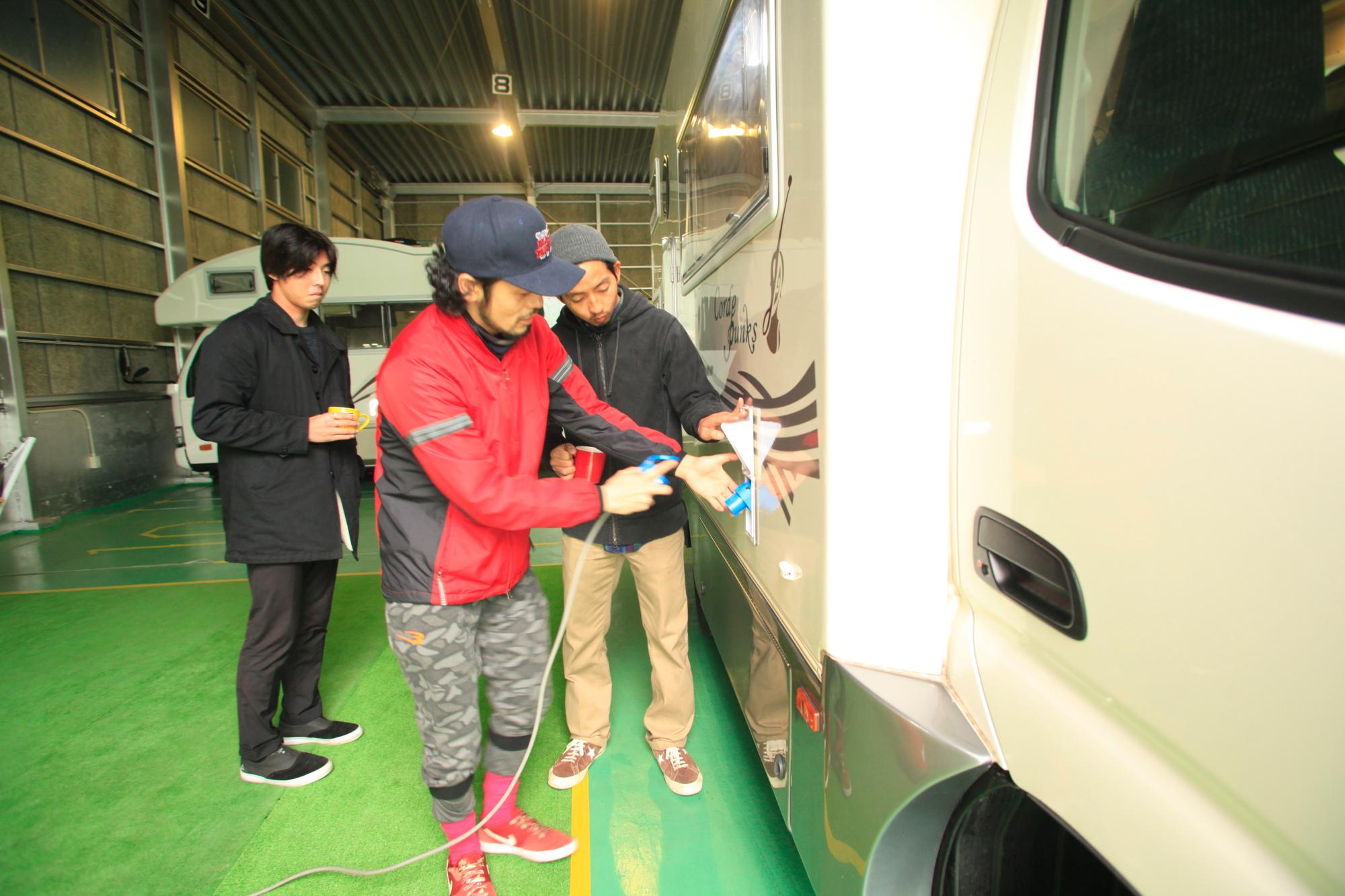 まずは船橋の営業所でキャンピングカーの使い方をレクチャー。