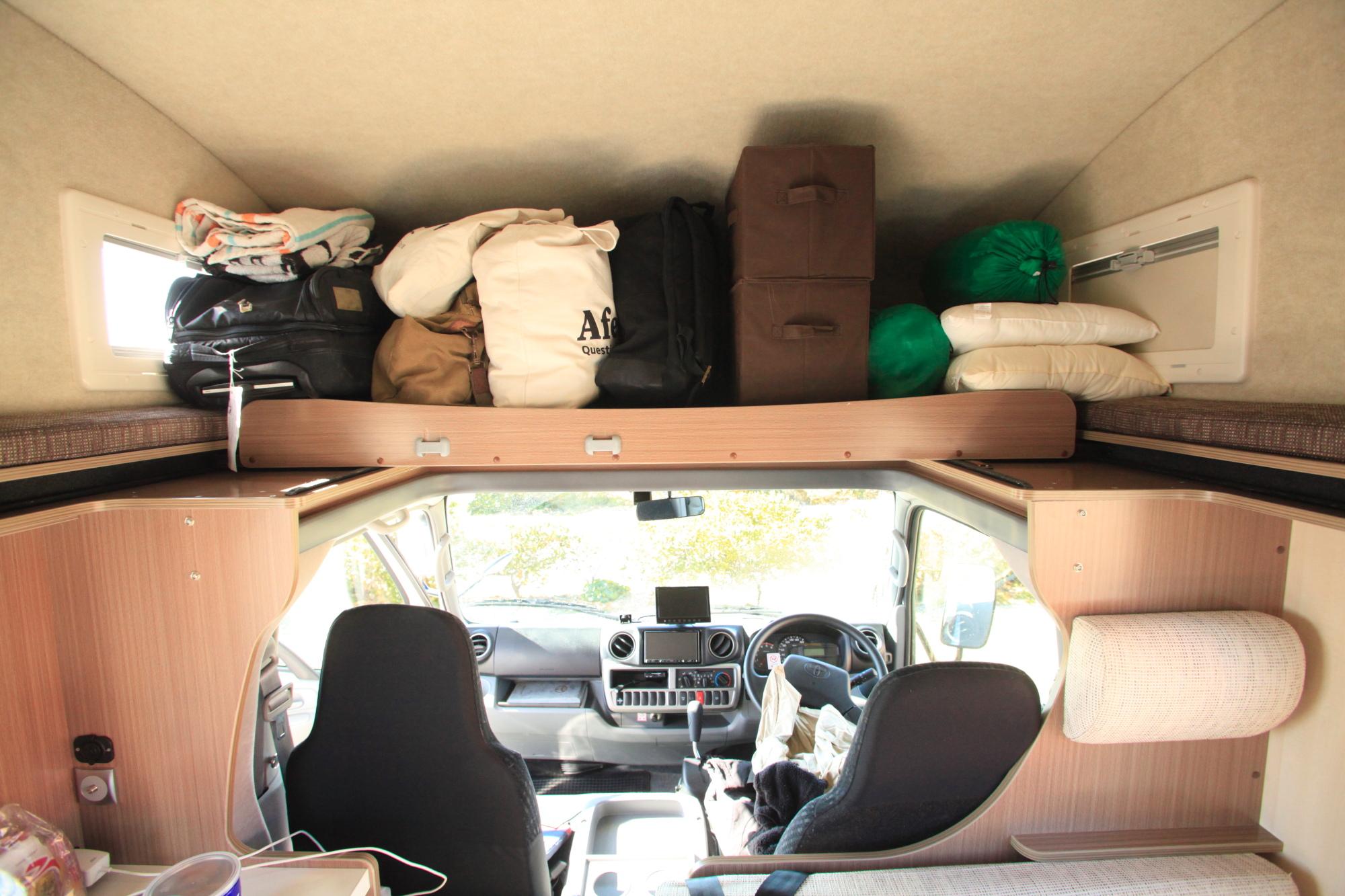 運転席上の収納スペースには大量の荷物を詰めこむ事ができます。