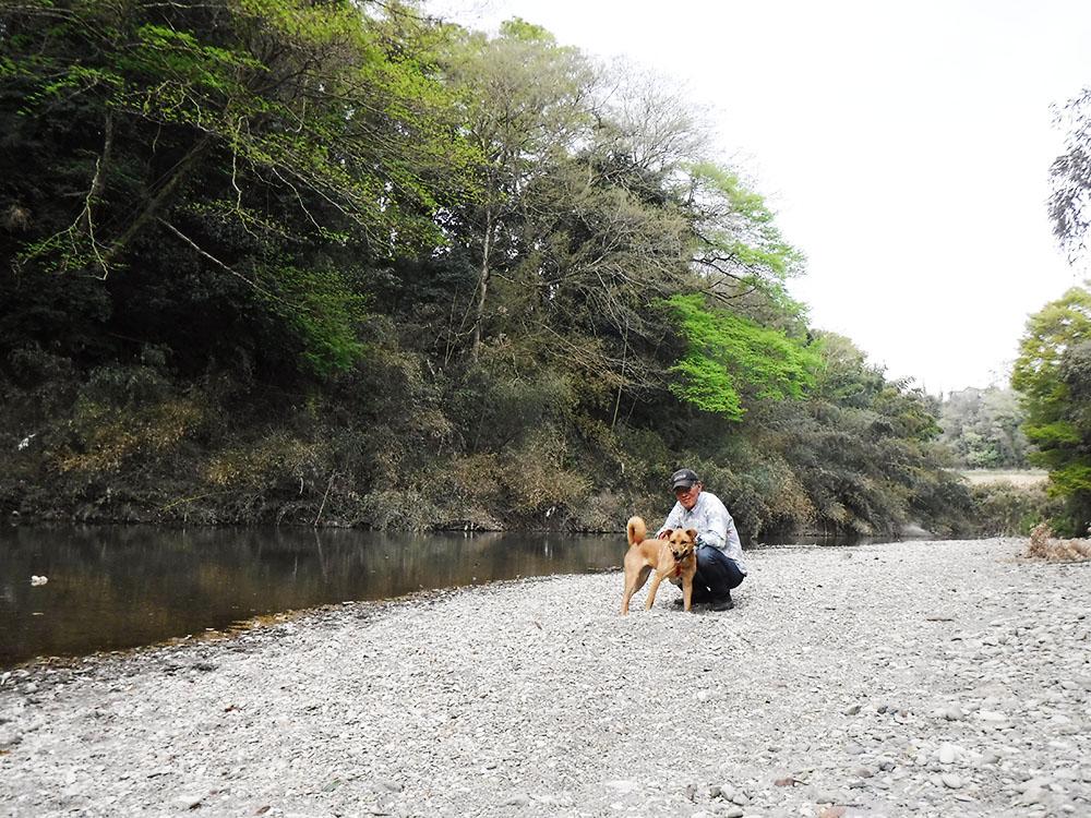 初めての川にドキドキです。